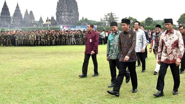 Viral F   oto Sultan Berdiri di Belakang Grup Foto Jokowi, Ini Faktanya