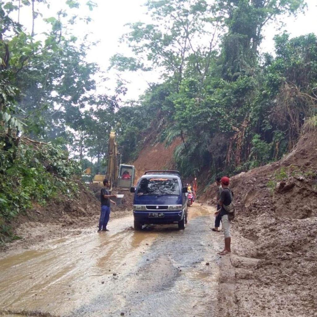Tebing 7 Meter Longsor Tutup Akses Palabuhanratu-Pajampangan