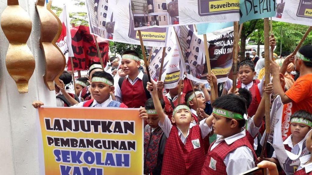 Cilik-cilik Demo di Balkot Makassar, Apa yang Dituntut Siswa SD Ini?