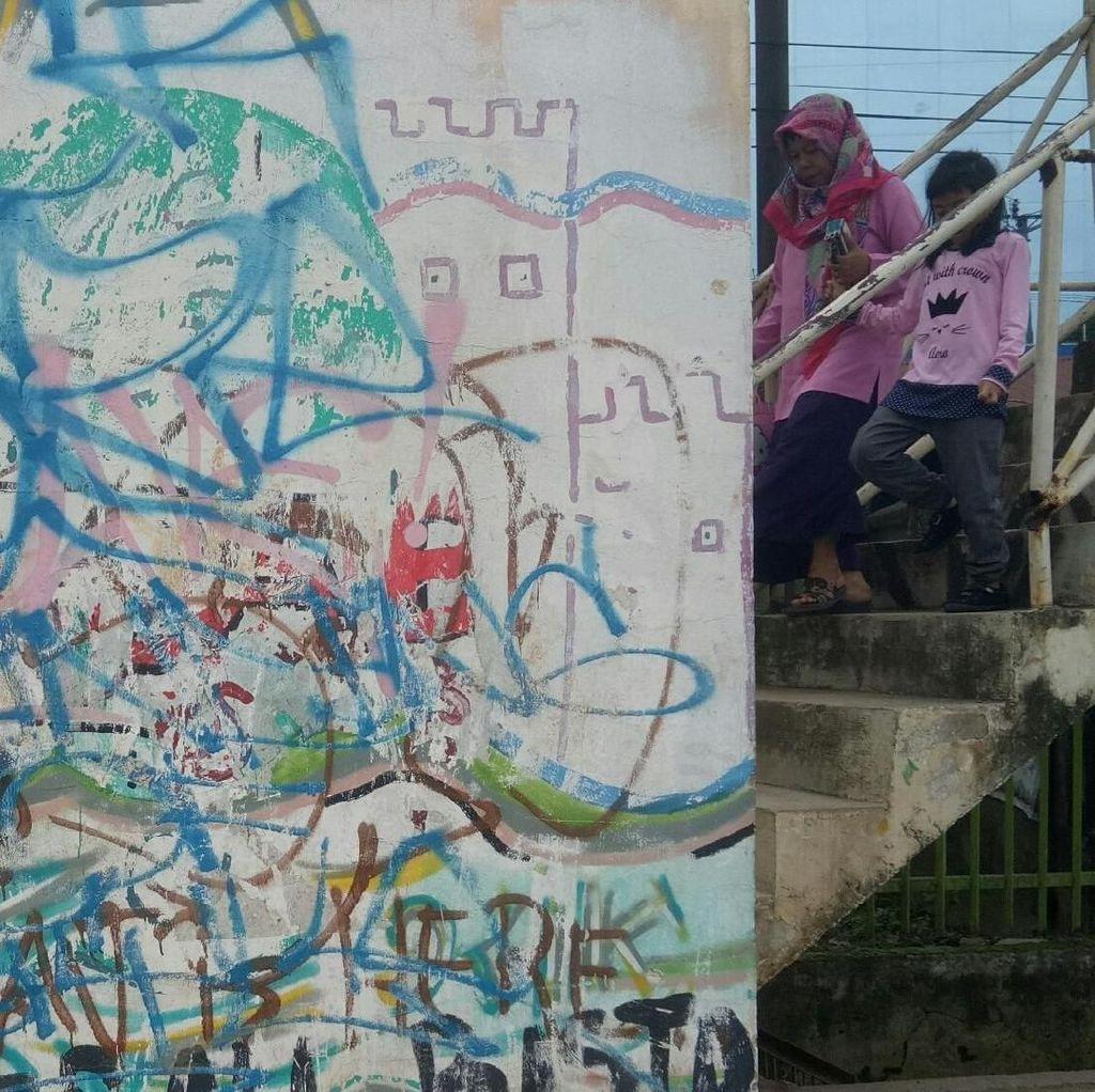Miris! Belum Beropersi, Tiang LRT Palembang Sudah Penuh Coretan