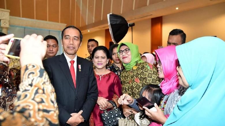 Potret Jokowi-Iriana Kondangan ke Pernikahan Pengawalnya