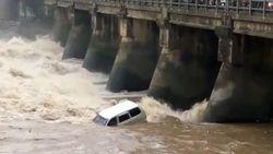 Video: Mobil Tercebur Dam dan Terseret Arus, 1 Orang Hilang