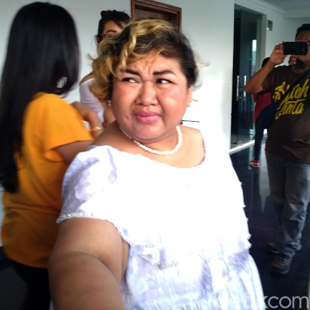Tangis Pretty Asmara Usai Sidang
