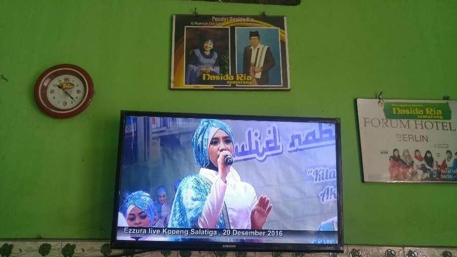 Mendengarkan Qasidah Nasida Ria di Warung Soto