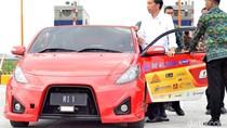 Wuss! Jokowi Ngacir Bareng Mobil Listrik di Tol Sumo