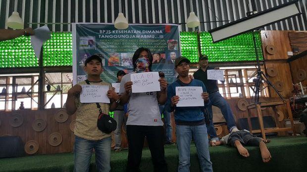 Karyawan freeport melakukan protes atas apa yang dialaminya