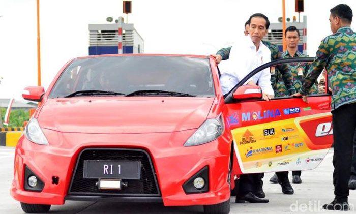 Setelah meresmikan Tol Sumo, Jokowi langsung menjajal tol itu dengan mobil listrik.
