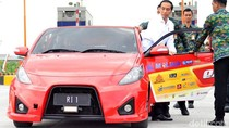 Gaya Jokowi Jajal Tol Sumo dengan Mobil Listrik