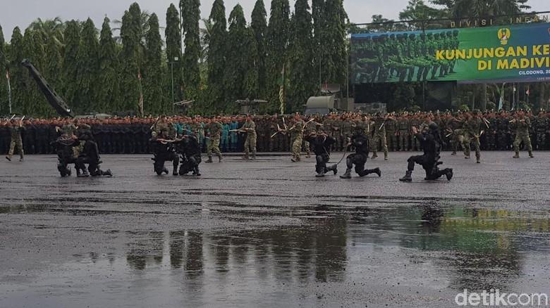 Aksi Prajurit Kostrad Makan Ular Kobra di Depan Panglima TNI