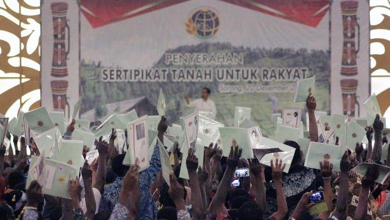 Jokowi Bagikan 2.568 Sertifikat Tanah di Sorong, Papua Barat