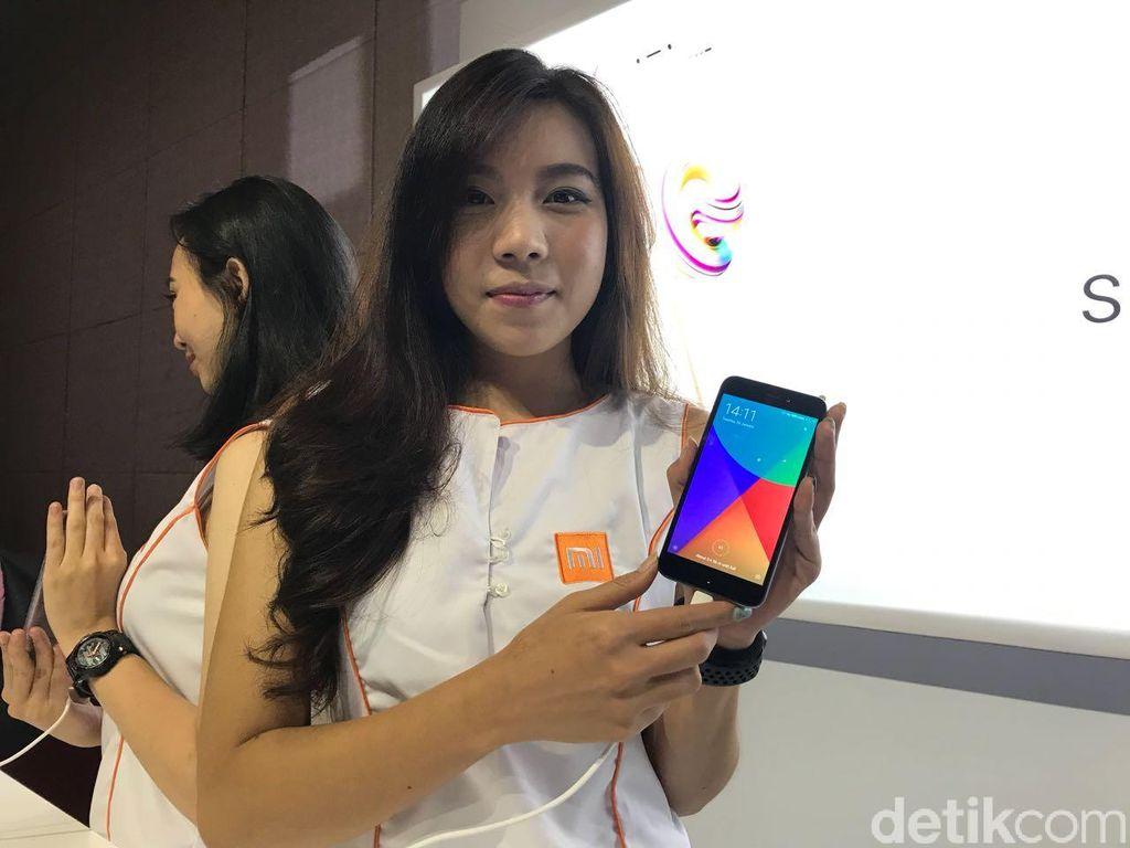 Ponsel ini hadir dengan bentang layar 5 inch dengan resolusi 720p. Desain bagian belakang dibuat khusus untuk kemudahan penggunaan. Foto: Adi Fida Rahman/detikINET