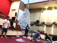 Keren, Pohon Natal di Garut Ini Terbuat dari Botol Plastik