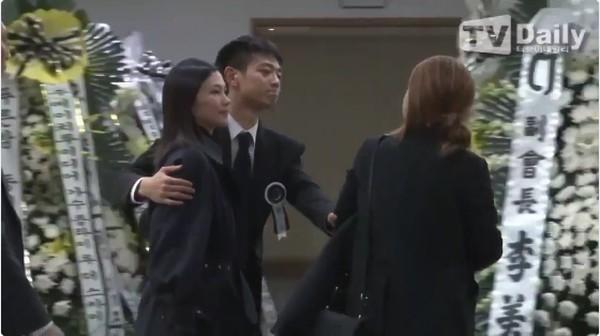 Pelukan Hangat Minho SHINee untuk Para Pelawat Jonghyun
