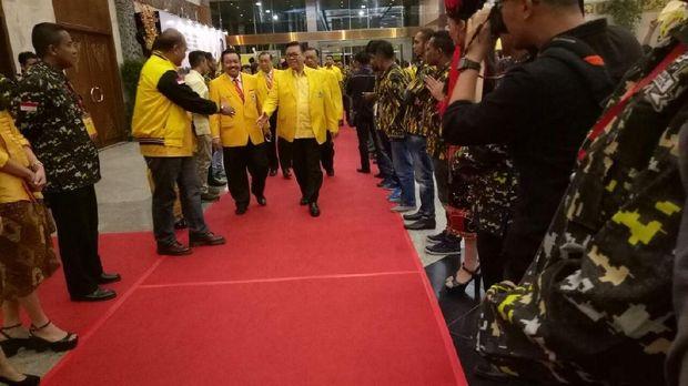 Jelang Penutupan Munaslub, 'Cheerleaders' Sambut Elite Golkar