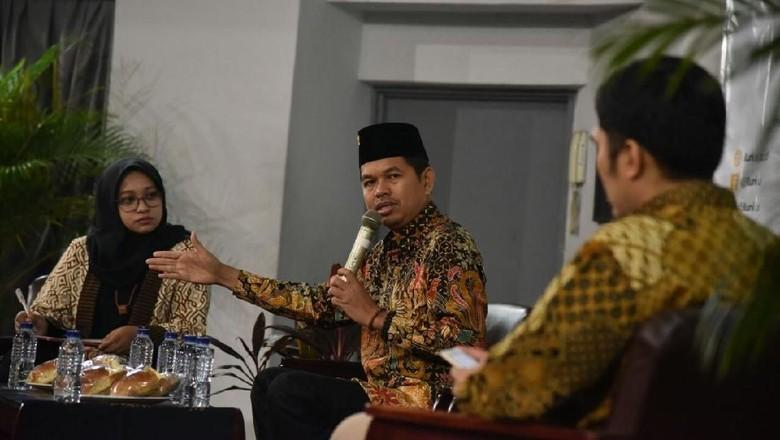 Foto: Kebersamaan Singkat Dedi Mulyadi-Ridwan Kamil di Panggung UI