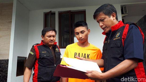 Tim penyidik Kejaksaan Tinggi Kepulauan Riau mendatangi rumah mewah terkait kasus korupsi dana asuransi PNS Pemkot Batam, Kam   is (21/12/2017)