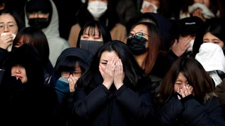 Isak Tangis dan Teriakan di Prosesi Pemakaman Jonghyun SHINee