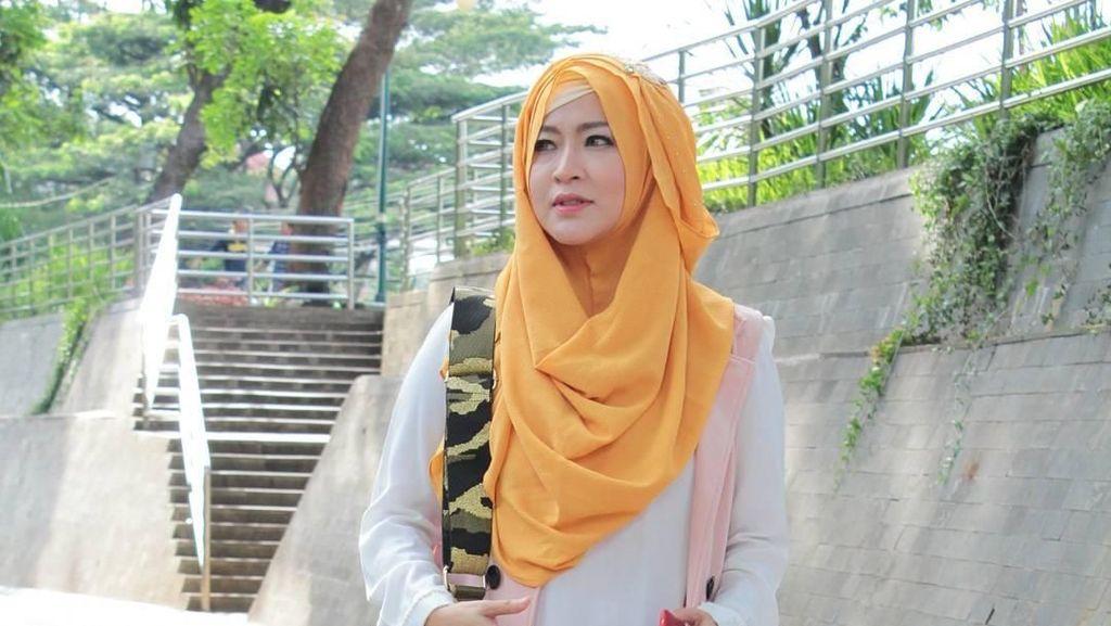 Suami Digoda Cewek Lain, Okie Agustina Hadapi Sendiri Lewat Instagram