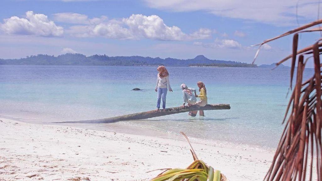 Foto: Libur Akhir Tahun, Asyiknya Main Air ke Kepulauan Banyak