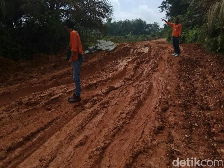 Ini Penampakan Jalan Jadi Bubur saat Hujan di Kampar Riau