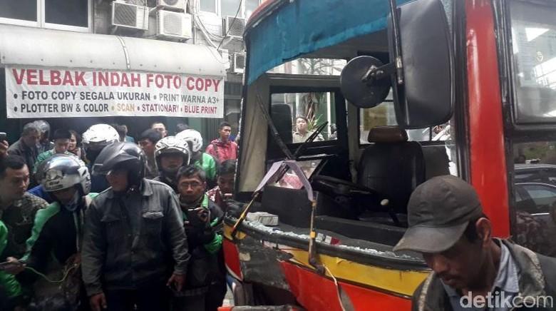 Metromini yang Kecelakaan di Kebayoran Lama Tabrak 6 Kendaraan