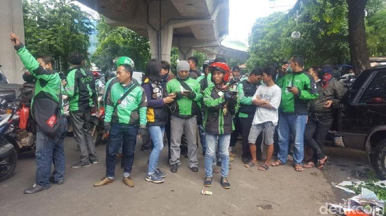 Driver Ojek Online Padati Lokasi Kecelakaan Metromini di Kebayoran