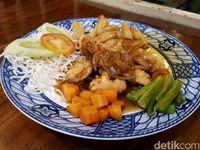 Sagoo Kitchen: Gurih Mantap! Nasi Goreng Kunyit Ayam Bledos di Resto Jadoel
