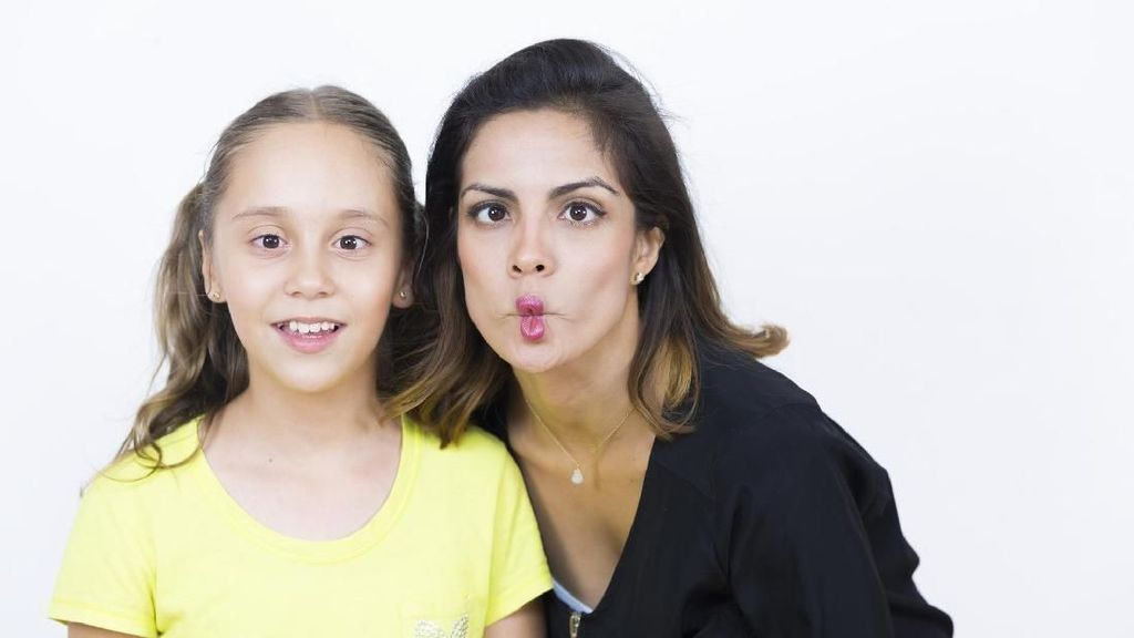 Aksi Kocak Ibu Ganggu Anaknya yang Lagi Serius Nyanyi