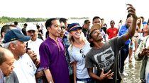 Gaya Santai Jokowi di Pantai Kuta: Nyeker dan Diajak Foto Turis