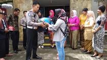 Hari Ibu, Polisi: Ibu-ibu Jangan Sein ke Kiri tapi Belok Kanan Ya!