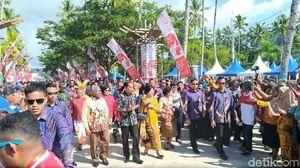 Jokowi Rayakan Hari Ibu di Pantai WTC Raja Ampat