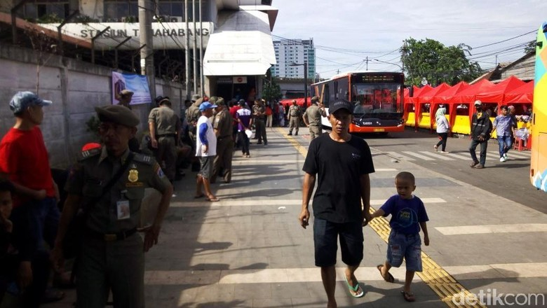 Jalan Depan Stasiun Tanah Abang Ditutup Tiap Hari Termasuk Weekend