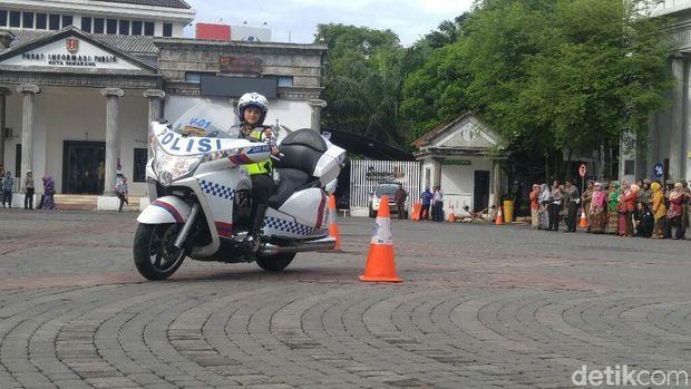 Polwan-polwan beratraksi naik moge di Semarang.