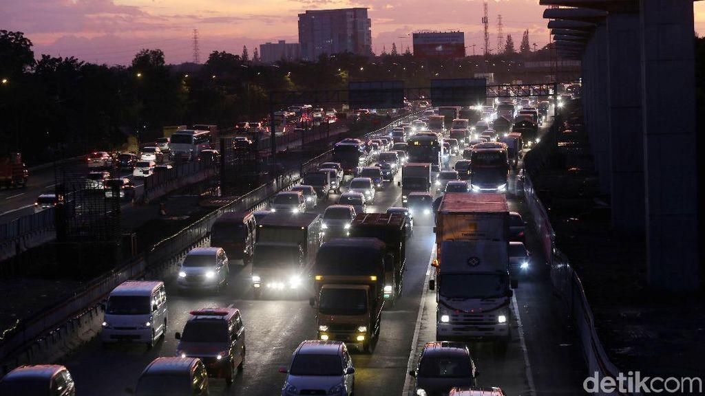 Luhut Rapat Soal Macet Jakarta-Cikampek, Ini Hasilnya