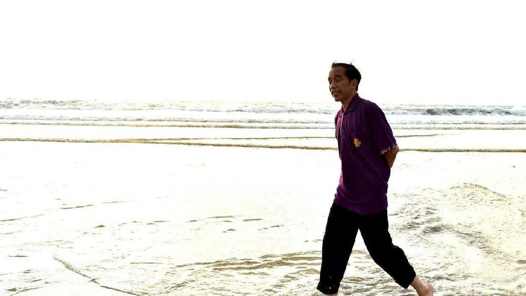 Foto: Potret Santai Jokowi dan Menterinya Nyeker sampai Ngopi di Kuta
