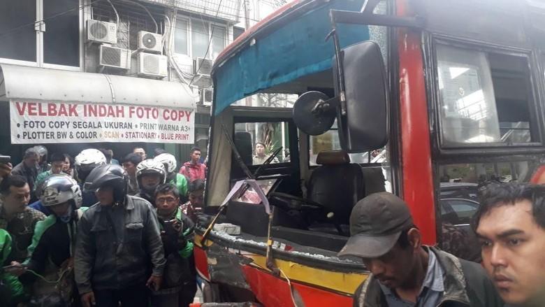 Metromini Tabrak Sejumlah Motor di Kebayoran Lama