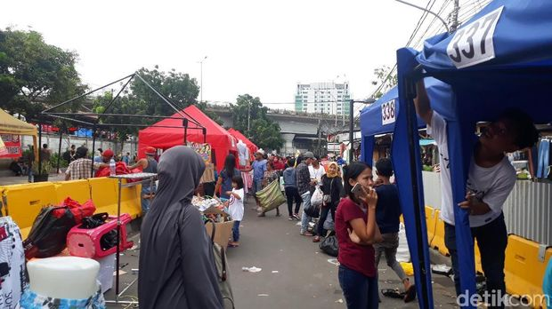PKL di depan stasiun Tanah Abang tutup lapak usai berdagang