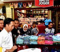 Jokowi cari oleh-oleh sebelum menuju Semarang.