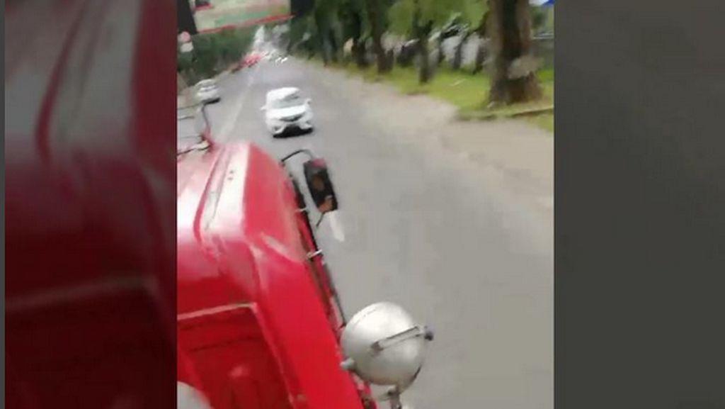 Please Deh, Kalau Ada Mobil Damkar, Minggir Dulu