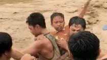 Momen Warga Filipina Berjibaku Tolong Korban Banjir Bandang