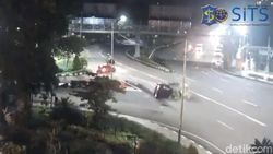 Polisi Dalami Penyebab Mobil Mewah Tabrak Pikap Hingga Terguling