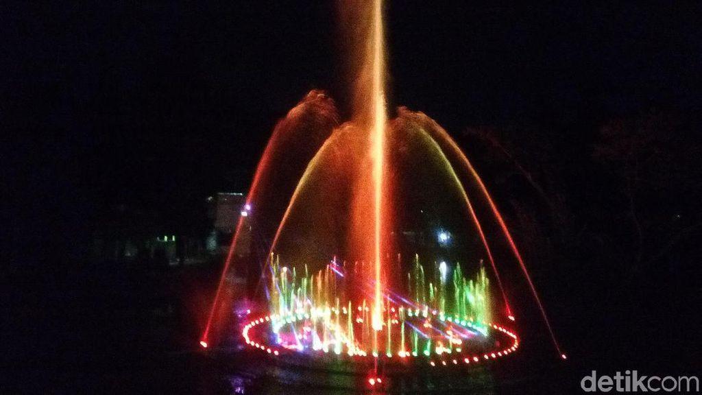 Air Mancur Menari di Taman Pelangi Solo Ini Cantik Banget