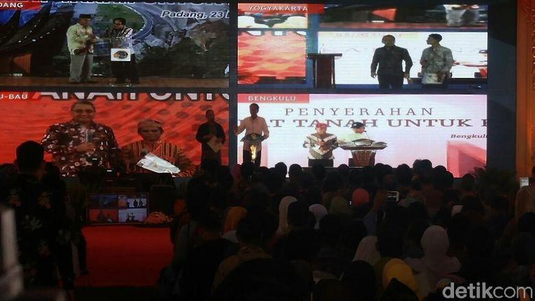 Lewat Sambungan Video, Jokowi Bagikan Sertifikat Tanah di 5 Daerah