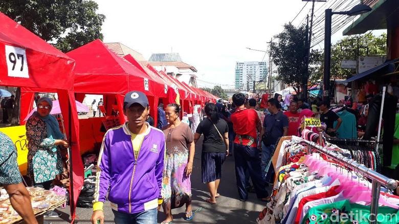 Akhir Pekan, Pembeli Padati PKL di Depan Stasiun Tanah Abang