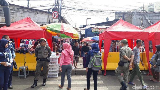 PKL di depan Stasiun Tanah Abang