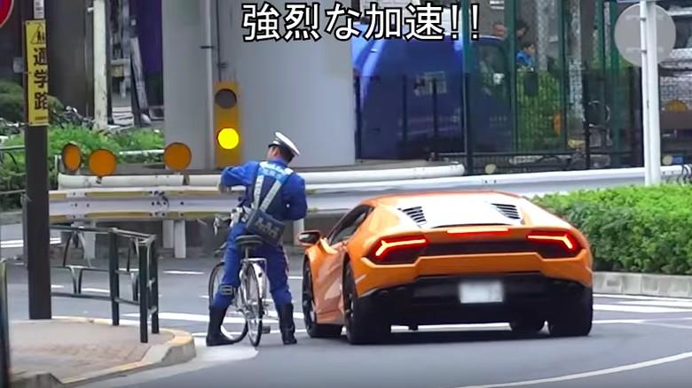 Keren! Polisi Ini Kejar Pengendara Lamborghini Pakai Sepeda