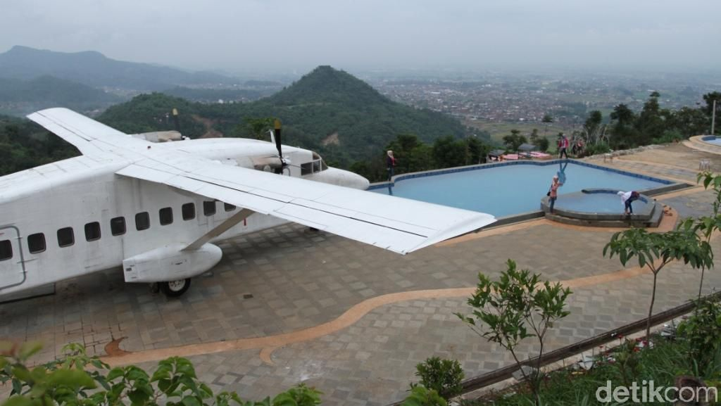 Yang Unik di Bandung: Pesawat di Atas Gunung