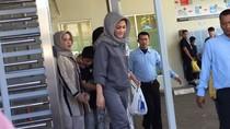 Jenguk ke Rutan KPK, Deisti Bawakan Bihun Bebek Kesukaan Novanto
