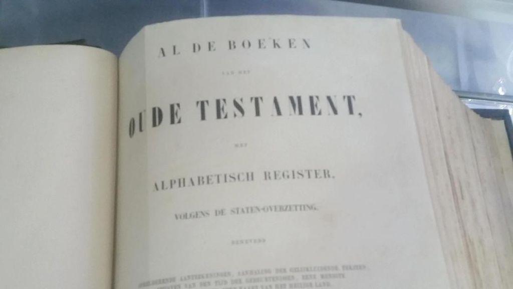 Penampakan Alkitab dari Ratu Belanda yang Ada di Gereja Ayam