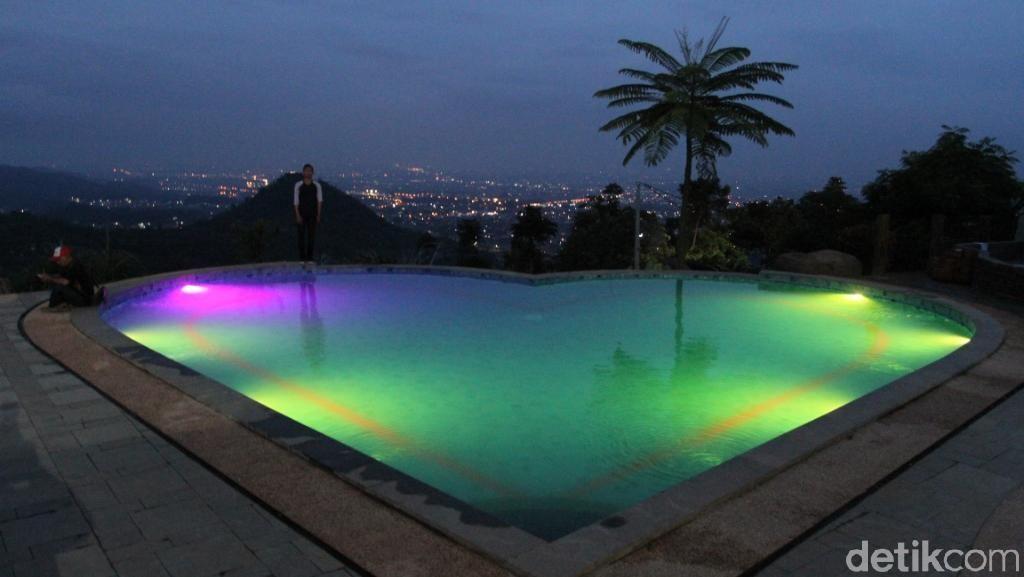 Kolam Renang di Bandung yang Bercahaya Bak Aurora